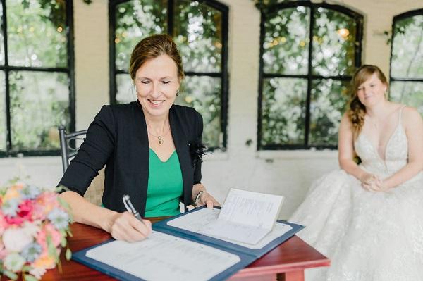 Ondertekenen-trouwakte-Karin-van-de-Ven-Trouwambtenaar
