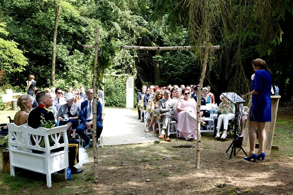 Ceremonie in het bos klein